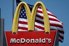 El logo de Mcdonalds es visto en Los Ángeles, California, Estados Unidos.22 de abril 2016. Las ventas comparables de los restaurantes de McDonald's Corp en Estados Unidos cayeron menos de lo calculado por analistas en el cuarto trimestre, dado que una fuerte demanda de su programa de desayunos todo el día atrajo más personas a sus locales. REUTERS/Lucy Nicholson/File Photo