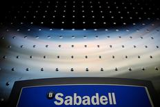 Los principales bancos españoles enfrentarán provisiones por más de 3.000 millones de euros para reembolsar a los consumidores lo cobrado de más por las cláusulas suelo declaradas abusivas, dijeron el lunes varias entidades. En la imagen de archivo, el logo de Sabadell en un cajero de una sucursal en Madrid, el 18 de abril de 2016. REUTERS/Susana Vera