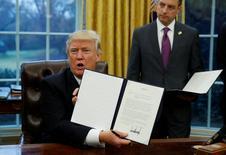 El presidente de Estados Unidos, Donald Turmp, muestra el decreto firmado en la Casa Blanca, Washington. 23 de enero 2017.El presidente Donald Trump firmó el lunes un decreto para retirar a Estados Unidos del Acuerdo Estratégico Transpacífico de Asociación Económica (TPP), cumpliendo con una de sus promesas de campaña.  REUTERS/Kevin Lamarque