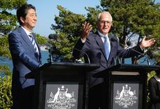 Australia espera salvar el Acuerdo Transpacífico de Cooperación Económica (TPP, por su sigla en inglés) al alentar a China y otras naciones de Asia para que se sumen al pacto después de que el presidente de Estados Unidos, Donald Trump, retirase a su país del tratado, dijo el martes su ministro de Comercio. En la imagen, los primeros ministros de Japón, Shinzo Abe, y Australia, Malcolm Turnbull, en una rueda de prensa en Sídney, Australia, el 14 de enero de 2017.     REUTERS/Chris Pavlich