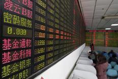 Inversionista mira la pantalla que muestra informacion sobre la bolsa en Shangai,China, 15 de Febrero, 2016.El principal índice de acciones de China cerró el martes en un nuevo máximo en dos semanas, pero recortó parte de sus ganancias iniciales por el lastre que representaron los valores de baja capitalización.REUTERS/Aly Song