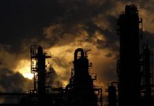 НПЗ в Иокогаме. 26 января 2011 года. Британская нефтегазовая компания BP поставит японской TonenGeneral Sekiyu KK первую партию тяжёлой высокосернистой нефти из США, сообщили Рейтер несколько источников в отрасли. REUTERS/Kim Kyung-Hoon