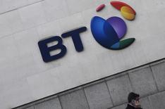 BT perdía el martes casi una quinta parte de su valor en bolsa después de que un escándalo contable en Italia y la desaceleración en el negocio para el sector público británico obligase a la operadora de telecomunicaciones a recortar sus previsiones de ingresos, beneficios y flujo de caja libre para los próximos dos años.  En la imagen, el logo de BT en sus oficinas en Londres el 16 de enero de 2017. REUTERS/Toby Melville