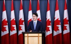 El acuerdo de libre comercio entre la UE y Canadá dio el martes un paso más para hacerse realidad cuando una comisión clave aconsejó al Parlamento Europeo darle su respaldo tras meses de protestas y acalorado debate. En la imagen de archivo, el primer ministro de Canadá, Justin Trudeau, en una conferencia de prensa en Ottawa. REUTERS/Chris Wattie