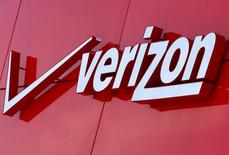Логотип Verizon в Сан-Диего, Калифорния. Число абонентов телеком-компании Verizon Communications Inc увеличилось менее существенно, чем ожидали аналитики, в последнем квартале на фоне жёсткой конкуренции с более мелкими T-Mobile U.S. Inc и Sprint Corp.  REUTERS/Mike Blake/File Photo