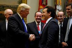 El presidente estadounidense, Donald Trump, instó el martes a los máximos ejecutivos de General Motors Co, Ford Motor Co y Fiat Chrysler Automobiles NV a que aumenten la producción de vehículos en Estados Unidos e impulsen el empleo en el país. En la foto, Donald Trump, saluda al presidente ejecutivo de Ford, Mark Fields (derecha), durante una reunión con líderes del sector automovilístico en la Casa Blanca en Washington el 24 de enero de 2017. REUTERS/Kevin Lamarque