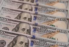 Le déficit budgétaire des Etats-Unis devrait diminuer sur l'exercice en cours et en 2018 avant de repartir à la hausse, a estimé mardi le Congressional Budget Office, une instance non-partisane du Congrès, quelques jours après l'entrée en fonctions du président Donald Trump. /Photo d'archives/REUTERS/Valentyn Ogirenko