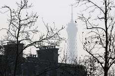 Le climat des affaires, qui avait atteint en décembre un plus haut depuis l'été 2011, a légèrement fléchi ce mois-ci en France, notamment pénalisé par un recul marqué dans les services, selon les données publiées mercredi par l'Insee. /Photo d'archives/REUTERS/Charles Platiau