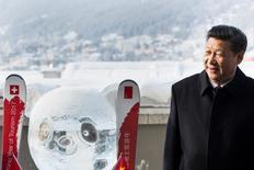 """La Unión Europea instó el miércoles a China a hacer """"avances concretos"""" en la apertura de sus mercados a la inversión global, después de que el presidente chino, Xi Jinping, criticara el proteccionismo en el reciente Foro Económico Mundial de Davos, Suiza. En la imagen,  Xi junto a una escultura de hielo de un panda durante la celebración del Foro Económico Mundial en Davos, el 17 de enero de 2017. REUTERS/Laurent Gillieron/Pool"""