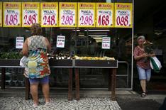 Mujer observa los precios en el mercado de Rio de Janeiro. 21/01/2016.La confianza de los consumidores en Brasil subió en enero, luego de que una sorpresiva desaceleración de la inflación permitió al banco central recortar las tasas de interés a un ritmo más agresivo, lo que disminuyó la carga sobre las endeudadas familias, mostró el miércoles un sondeo privado. REUTERS/Pilar Olivares
