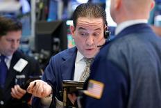 Wall Street a franchi pour la première fois de son histoire la barre des 20.000 points à l'ouverture, dopée par les bons résultats d'entreprises, dont la saison bat son plein, et rassurée par la capacité de Donald Trump à relancer la croissance et l'inflation. Dans les premiers échanges, l'indice Dow Jones gagne 99,65 points, soit 0,50%, à 20.012,36 mercredi, après un pic de 20.033,77. /Photo prise le 23 janvier 2017/REUTERS/Brendan McDermid