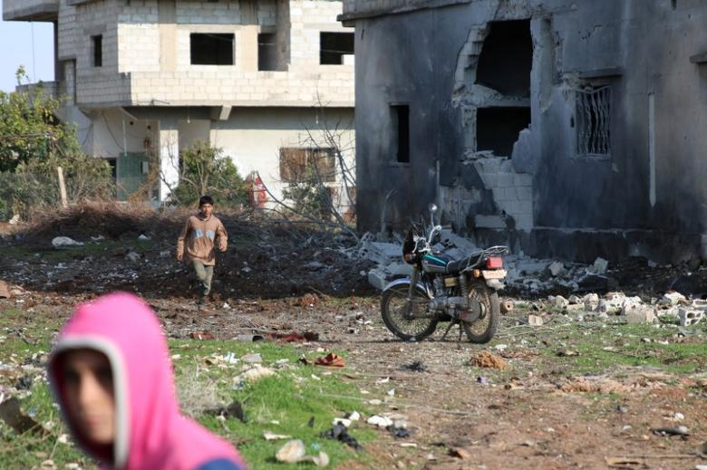 Boys are seen near a damaged house after a strike on rebel-held Tafas town, in Deraa Governorate, Syria January 22, 2017. REUTERS/Alaa Al-Faqir