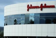 El gigante de productos de cuidado de la salud Johnson & Johnson comprará Actelion en un acuerdo de 30.000 millones de dólares en efectivo que incluye la escisión de la unidad de investigación y desarrollo de la firma suiza de biotecnología, dijeron las empresas el jueves. En la imagen, un edificio de J&J en Irvine, California, el 24 de enero de 2017.   REUTERS/Mike Blake