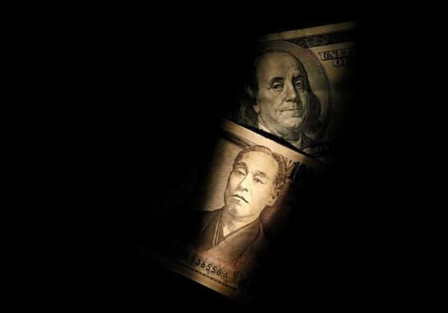 1月26日、通貨オプション市場で、円高予想がじわりと縮小している。写真はドルと円の紙幣、2013年2月撮影(2017年 ロイター/Shohei Miyano)