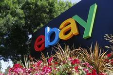 Логотип eBay на офисном здании в Сан-Хосе. 28 мая 2014 года. EBay Inc отчиталась о росте выручки в четвёртом квартале на 3,1 процента, что позволяет говорить об улучшениях ее площадки онлайн-торговли. REUTERS/Beck Diefenbach/File Photo