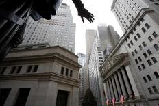 La Bourse de New York a ouvert timidement dans le vert jeudi. Dans les premiers échanges, l'indice Dow Jones gagne 16,87 points, soit 0,08%, à 20.085,38 points. /Photo prise le 21 décembre 2016/REUTERS/Andrew Kelly