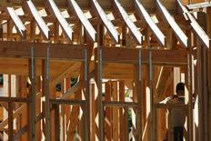 Una persona trabajando en una vivienda nueva en Manhasset, EEUU, sep 16, 2015. Las ventas de casas nuevas unifamiliares en Estados Unidos cayeron a un mínimo de 10 meses en diciembre luego de tres meses de sólidas ganancias, pero la recuperación del mercado de la vivienda permanece intacta debido a que la mejoría del mercado laboral impulsa el crecimiento de los salarios.    REUTERS/Shannon Stapleton