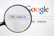 Foto de archivo de la página de búsqueda de Google amplificada. Ago 11 2015. Alphabet Inc reportó el jueves ganancias menores a las proyectadas por analistas, lo que hizo que sus acciones cayeran un 2,7 por ciento en las operaciones posteriores al cierre y aumentó las preocupaciones respecto a que la fortaleza del negocio de los anuncios podría estar cediendo. REUTERS/Pawel Kopczynski