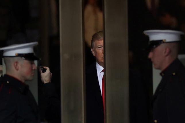 1月26日、トランプ政権の下で、米国の経済統計が「中国化」する危険にさらされている。写真中央はトランプ米大統領。ワシントンで20日撮影(2017年 ロイター/Carlos Barria)