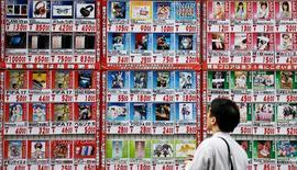 El índice subyacente de precios al consumidor de Japón anotó en diciembre su menor caída interanual en casi un año, mostraron datos el viernes, una señal de que la inflación debería repuntar en los próximos meses impulsada por el alza del valor del crudo y los mayores costes de las importaciones por la bajada del yen. En la imagen, un hombre mira una lista de precios en una tienda en Tokio, Japón, el 4 de octubre de 2016.    REUTERS/Toru Hanai