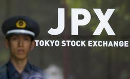 La Bourse de Tokyo a fini en hausse de 0,34% vendredi. L'indice Nikkei a gagné 65,01 points à 19.467,40 soutenue  par l'accès de faiblesse du yen face au dollar et par l'optimisme suscité par le programme économique de l'équipe du président américain Donald Trump. /Photo d'archives/REUTERS/Thomas Peter