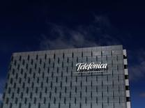 El logo de Telefónica es visto en la sede de Madrid, España. 25 de febrero 2015. El gigante español de las telecomunicaciones Telefónica ha logrado frenar un intento de México por cobrarle 30,000 millones de pesos en impuestos (1,400 millones de dólares) y está en negociaciones con la autoridad impositiva para resolver más de 20 auditorías abiertas, dijeron fuentes cercanas al caso.REUTERS/Juan Medina/File Photo