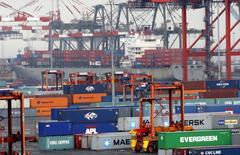 Los containers se ven en la terminal del Puerto Newark cerca de la ciudad de Nueva York, Estados Unidos. 2 de julio 2009. El crecimiento económico de Estados Unidos probablemente se ralentizó en el cuarto trimestre luego de que una caída en los envíos de soja pesó sobre las exportaciones, pero un aumento en el gasto del consumidor y una mayor inversión empresarial deberían subrayar un impulso subyacente.REUTERS/Mike Segar