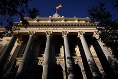 El Ibex-35 de la bolsa española caía el viernes a media sesión tras una reciente racha alcista y en plena temporada de resultados corporativos a los dos lados del Atlántico, mientras los inversores conservaban la cautela ante las políticas del nuevo presidente de Estados Unidos. En la imagen, una bandera española ondea en lo alto del edificio de la Bolsa de Madrid el 1 de junio de 2016. REUTERS/Juan Medina