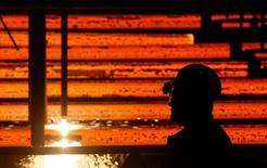 Рабочий в цеху завода НЛМК-Калуга в селе Ворсино. 21 июля 2016 года. Крупнейшие металлургические компании России ожидают, что 2017 год сулит радужные перспективы для отрасли на фоне улучшения экономики страны благодаря росту цен на нефть, а также более высокие прибыли из-за подорожания стали. REUTERS/Maxim Shemetov