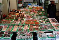 Las ventas minoristas de Japón crecieron menos que lo esperado en diciembre, mostraron el lunes datos oficiales, una noticia que no es buena en la semana en la que el Banco de Japón se reúne para fijar su política monetaria.  En la imagen, un vendedor espera por clientes en una pescadería de Tokio, el 23 de enero de 2017.  REUTERS/Kim Kyung-Hoon