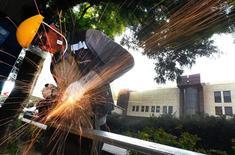 Un trababajador corta una estructura de metal en el complejo del Congreso en Valparaíso, Chile. Enero 22, 2016. REUTERS/Rodrigo Garrido