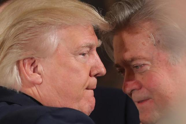 1月30日、トランプ米大統領(写真左)が移民・難民の入国制限を決めた大統領令の作成に当たり、強硬路線を主張した人物。それは大統領の右腕として政権内で台頭するスティーブ・バノン首席戦略官・上級顧問(写真右)だ。ワシントンのホワイトハウスで22日撮影(2017年 ロイター/Carlos Barria)
