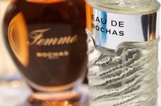 Interparfums a révisé mardi en légère hausse ses objectifs de ventes pour 2017 après une fin d'année 2016 meilleure que prévu grâce aux performances des parfums Montblanc, Rochas et Coach. /Photo prise le 7 novembre 2016/REUTERS/Philippe Wojazer