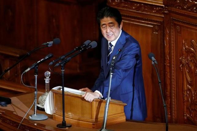 1月31日、日本政府が米政府に説明する目的で、米国内での雇用創出を見据えた政策パッケージの検討を進めている。複数の政府筋が明らかにした。トランプ米大統領が雇用を優先課題に掲げる中、米国のインフラ投資活性化などを通じ、日米連携で数十万人規模の雇用増につなげることを目指す。写真は施政方針演説を行う安倍首相。都内で20日撮影(2017年 ロイター/Toru Hanai)