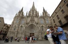 Las pernoctaciones en alojamientos turísticos extrahoteleros (apartamentos, campings, alojamientos de turismo rural y albergues) subieron un 8,5 por ciento en el conjunto de 2016 hasta 123,6 millones, beneficiándose del récord de visitantes que registró España el año pasado, dijo el martes el Instituto Nacional de Estadística. En la imagen, una familia consulta un mapa junto a la catedral de Barcelona, el 18 de agosto de 2015. REUTERS/Albert Gea