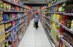 La consommation des ménages français en biens, qui restait sur deux mois de hausse, s'est repliée de 0,8% en décembre, principalement du fait de moindres dépenses en énergie et en alimentation. /Photo prise le 16 janvier 2017/REUTERS/Eric Gaillard
