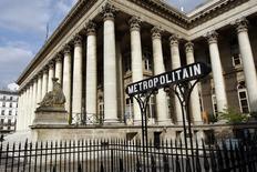 Les principales Bourses européennes ont ouvert en légère hausse mardi mais les gains sont limités par un climat d'aversion au risque, Wall Street et Tokyo ayant souffert de l'incertitude engendrée par le décret anti-immigration de Donald Trump et des risques liés à sa politique économique.  À Paris, le CAC 40 gagne 0,21% à 4.794,86 points vers 8h40 GMT. À Francfort, le Dax avance de 0,12% et à Londres, le FTSE perd 0,12%. /Photo d'archives/REUTERS/Charles Platiau