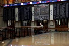 Фондовая биржа Мадрида. Европейские фондовые рынки немного повышаются на торгах вторника, при этом ралли акций ряда компаний, например, британского онлайн-супермаркета Ocado, которые выросли благодаря оптимистичной отчётности, затмило снижение бумаг UPM-Kymmene и Givaudan, также связанное с квартальными результатами.  REUTERS/Susana Vera