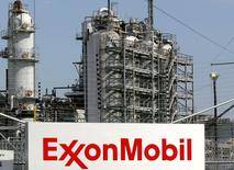 Exxon Mobil Corp a publié mardi un bénéfice trimestriel en baisse de 40% après avoir inscrit une dépréciation de ses actifs dans le gaz naturel. /Photo d'archives/REUTERS/Jessica Rinaldi
