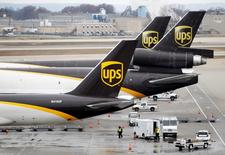 UPS, qui est à suivre à Wall Street, a fait état mardi d'une perte nette au quatrième trimestre de 239 millions de dollars, ou 27 cents par action, contre un bénéfice net de 1,33 milliard de dollars (1,48 dollar par action) un an plus tôt. L'action perd 4,7% à 111,56 dollars en avant-Bourse. /Photo prise le 9 décembre 2016/REUTERS/John Sommers II