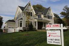 En la foto de archivo, un cartel de una inmobiliaria publicita la venta de una casa en Virginia, EEUU. Los precios de casas unifamiliares en Estados Unidos subieron en noviembre a un ritmo más veloz que el previsto, y el aumento de las hipotecas junto al potencial crecimiento económico podría impulsarlos aún más, mostró un sondeo el martes. REUTERS/Larry Downing/File Photo
