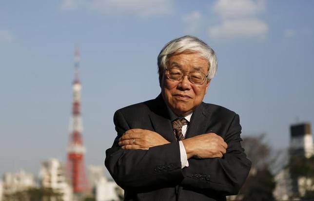 2月1日、安倍晋三首相のブレーンで内閣官房参与を務める浜田宏一・米イエール大名誉教授は、日本経済研究センター主催の討論会で、トランプ米大統領が主張する「国境税」は、経済学上はドル高を招くことが証明されていると述べ、円安批判の並立は、理論上矛盾していると指摘した。写真はロイターとのインタビューで2013年3月撮影(2017年 ロイター/Tory Hamada)