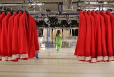 Las fábricas de la zona euro iniciaron 2017 aumentando su actividad al mayor ritmo en casi seis años, según un sondeo que mostró que las firmas manufactureras era más optimistas de lo que han sido desde al menos mediados de 2012. En esta imagen de archivo, una mujer en una fábrica de Zara en Arteixo el 14 de junio de 2012. REUTERS/Miguel Vidal/File Photo