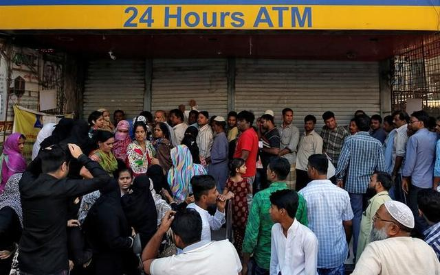 People queue outside a bank to withdraw cash and deposit their old high denomination banknotes in Mumbai, India December 2, 2016. REUTERS/Danish Siddiqui/Files