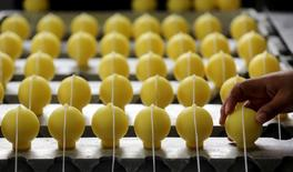 En la foto de archivo, una mujer trabaja en una fábrica de velas de citronela en Sao Joao da Boa Vista, Brasil. La producción industrial de Brasil subió un 2,3 por ciento en diciembre frente a noviembre, dijo el miércoles el estatal Instituto Brasileño de Geografía y Estadística (IBGE). REUTERS/Paulo Whitaker/Foto de archivo