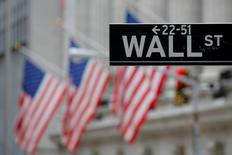 Указатель на Уолл-стрит в Нью-Йорке. Американские фондовые индексы повышаются в начале торгов среды, поддерживаемые ростом акций технологических компаний во главе с Apple, пока инвесторы ожидают итогов заседания Федеральной резервной системы США.  REUTERS/Andrew Kelly