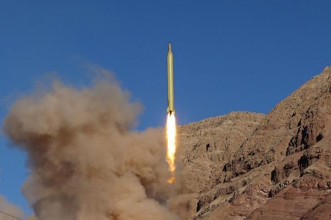 2月1日、イランのデフガン国防軍需相は、弾道ミサイルの発射実験を行なったことを認めた。写真は同国が行った弾道ミサイル発射実験とされる様子。撮影場所不明。提供写真(2016年 ロイター)