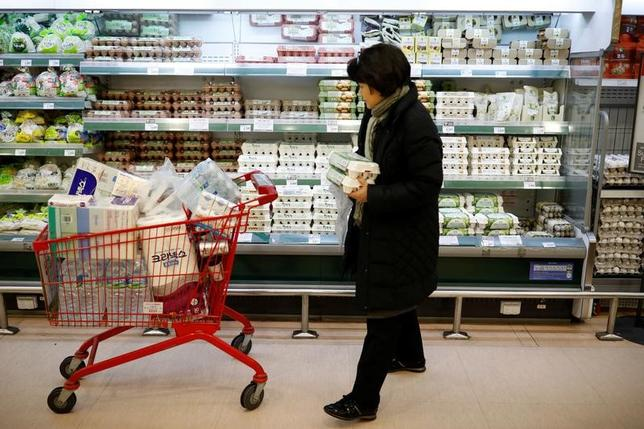 2月2日、韓国統計局が発表した1月の消費者物価指数(CPI)は前年比2.0%上昇し、2012年10月以来の高い伸びとなった。写真は韓国ソウルで1月撮影(2017年 ロイター/Kim Hong-Ji)