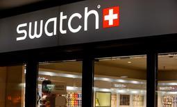"""Swatch Group, premier fabricant mondial de montres, s'attend à une """"croissance saine"""" en 2017, après une chute de son bénéfice net en 2016, la faiblesse des ventes de montres et l'existence de surcapacités ayant affecté sa rentabilité. Evoquant un retournement de tendance, Swatch a ajouté que la croissance avait été """"très bonne"""" en novembre, décembre et janvier, notamment en Chine continentale. /Photo d'archives/REUTERS/Arnd Wiegmann"""