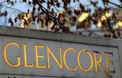 Glencore a confirmé jeudi son objectif d'une hausse de sa production globale cette année après la baisse enregistrée en 2016 du fait notamment du recul de celle de cuivre et de zinc. Le géant des matières premières et du négoce a dit que sa production de cuivre avait reculé de 3% au quatrième trimestre. /Photo d'archives/REUTERS/Arnd Wiegmann